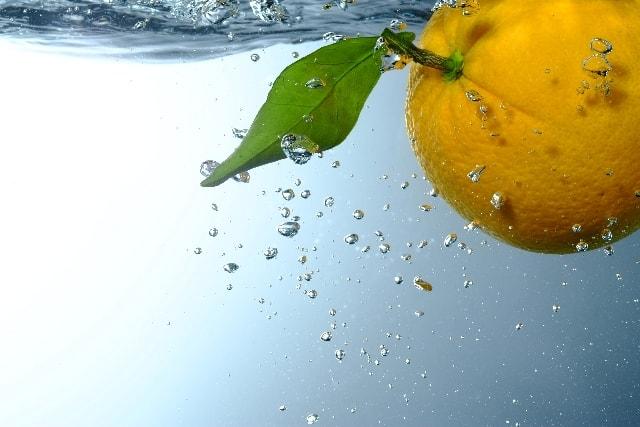 たっぷんとオレンジが水に沈む