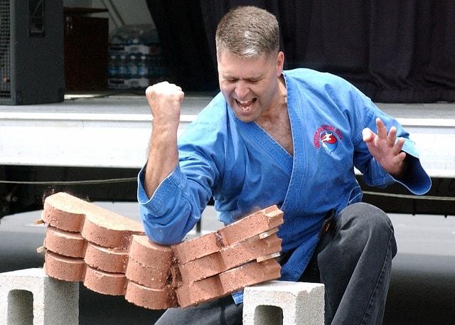 だーっとブロックを割る男性