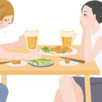のけのけと友人の涙話を受け流す女性