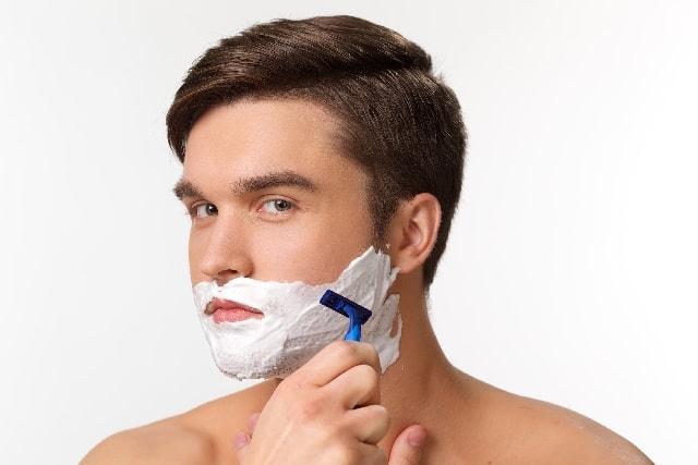 じょりっとヒゲを剃る男性