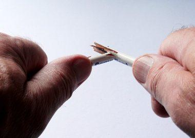 ぴちりと鉛筆を折る