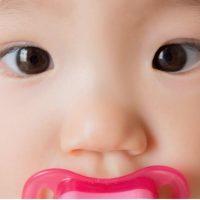 きょろんとした瞳の赤ちゃん