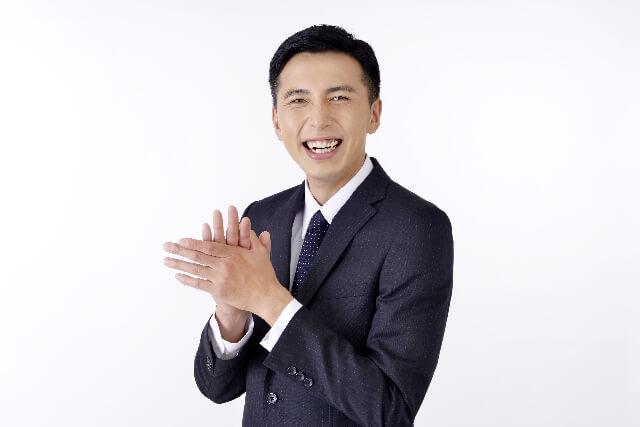 ぱちぱちと拍手する男性
