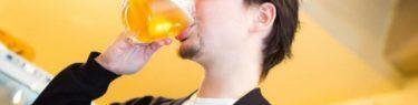 ぐびっとビールを飲む男性
