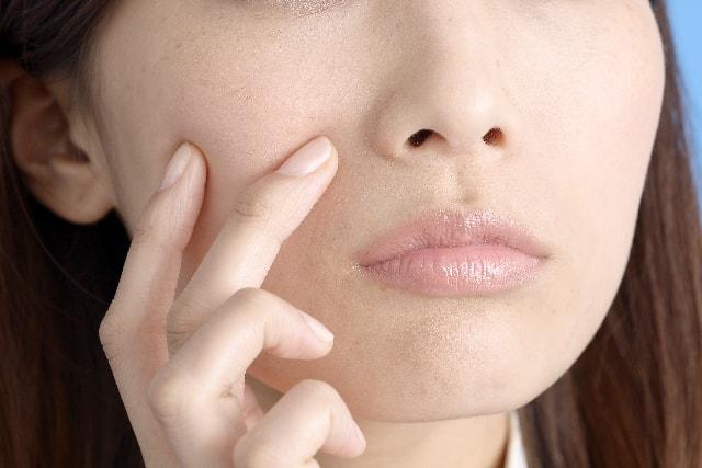 肌ががびがびになり悩む女性