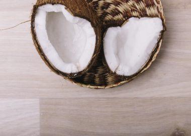 ばっかと割れたココナッツ