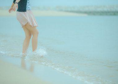 ぱちゃぱちゃと水面を蹴る女性