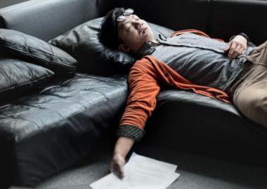 ぐーすかと寝る男性