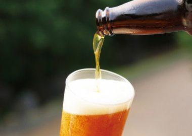 とくとくとビールを注ぐ
