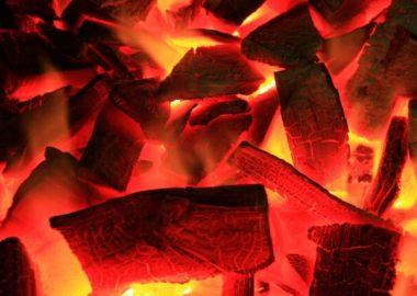 ばちっと燃えて炭になる