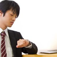 時間きっかりに仕事をする男性