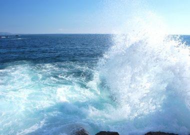 ざざっと波がしぶきをあげる