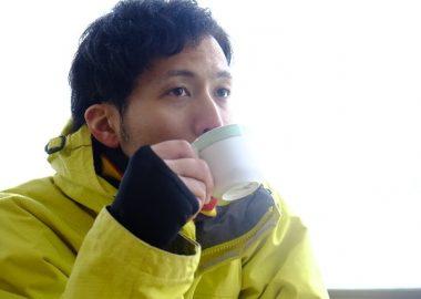 ごくっとコーヒーを飲む男性