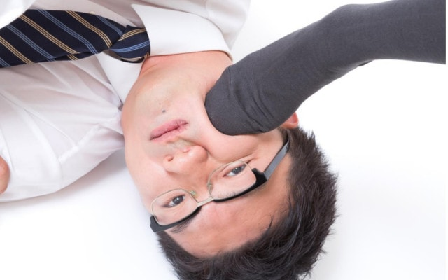 つんつんと頬を足蹴にされる男性