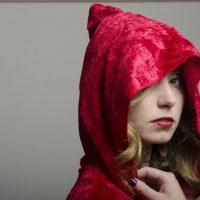 すっぽりと赤ずきんを被る女性