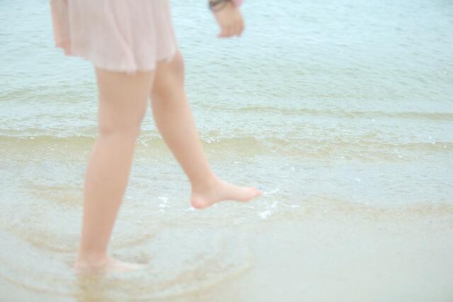 ぱしゃりと水面を蹴る女性