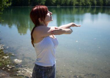 するりと腕を伸ばす女性