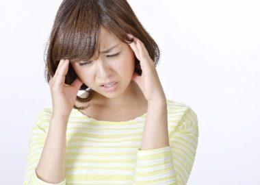 ずきっと頭が痛む女性
