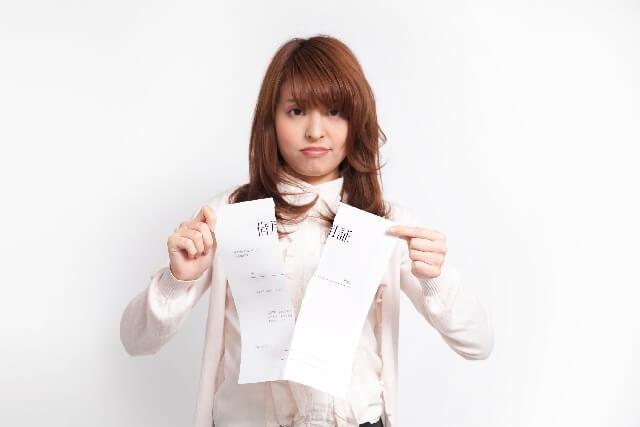 びっと紙を破る女性