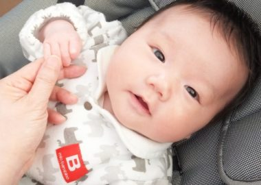 あばあばと手を振る赤ちゃん