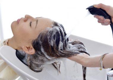 しゃーしゃーと髪をシャワーで流す