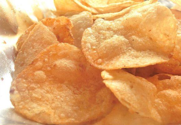 ぱりぱりの食感のポテトチップス