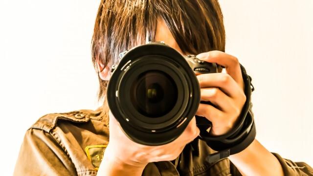 ぱしゃっとカメラのシャッターを切る男性