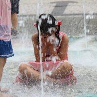びちゃっと水浴びをする女の子