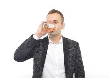 ごくんごくんとビールを飲む男性