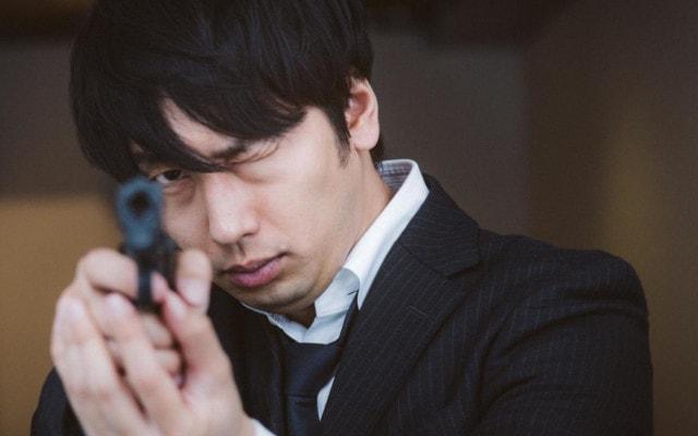 ずどんと銃を射つ男性