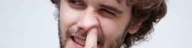 ずぽっと鼻に指を入れる男性
