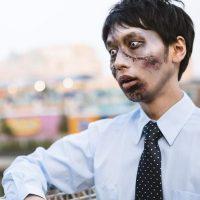 げっそりと頬がこけた男性