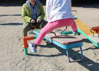 ぎっこんぎっこんとシーソーで遊ぶ子ども