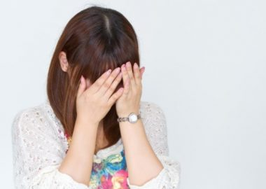 ぐすんと涙する女性