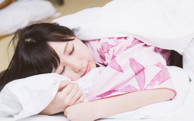 すやすやと眠る女性