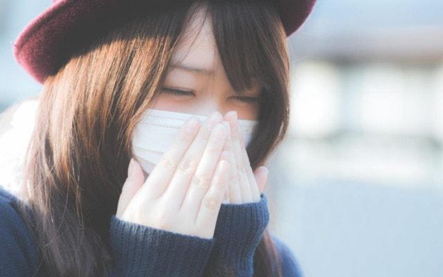 けほけほと咳き込む女性