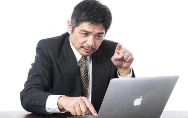 ちょんちょんとキーボードを叩く男性