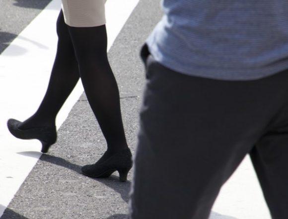 ことりことりと歩く女性