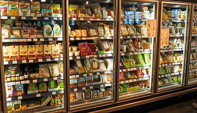びっしりと商品が陳列されるスーパー