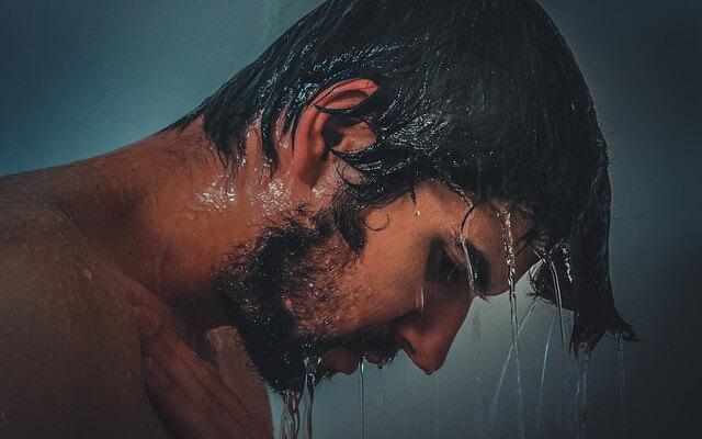 びちょびちょに濡れる男性