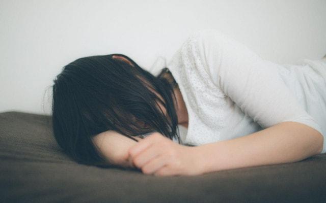 ぐすりぐすりと泣く女性