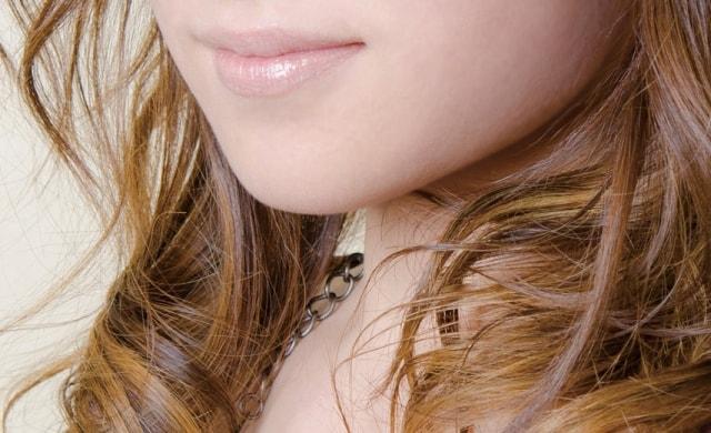くりんと髪を巻いた女性