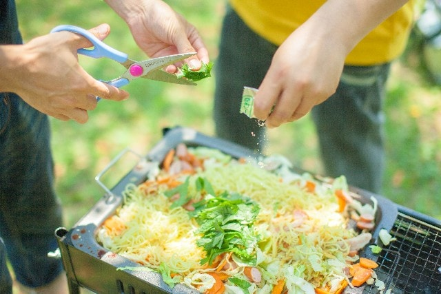 じょぎじょぎとハサミで野菜を切る