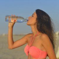 ごっくんと水を飲む女性