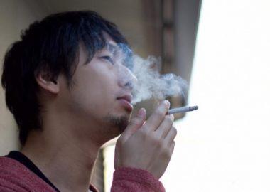 すっぱすっぱとたばこを吸う男性