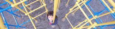 しゅるしゅると棒から滑り落ちる子ども