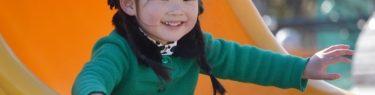 するすると滑り台を滑る女の子