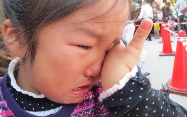 びーびーと泣く女の子