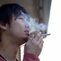 すぱりすぱりとタバコを吸う男性