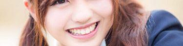 にっこにっこと笑う女子高生